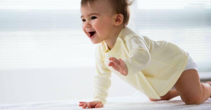 Pendant sa première année de vie, vous pouvez aider votre enfant à bien se développer. Voici quelques exercices pour renforcer ses muscles et développer sa motricité.