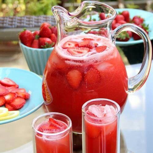 Una bebida refrescante, limonada de fresas ( Jugo de 2 limones y 6 fresas, liquary poner hielo ).