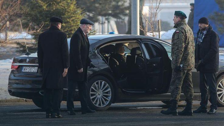 """Dwór decyduje, kto dostanie limuzynę.Kto decyduje o przydziałach samochodów w wojsku?(..)komfortowe limuzyny pozostające w dyspozycji żandarmerii, nie są rozdzielone według przepisów i rozporządzeń, lecz uznaniowo.O tym, kto będzie nimi jeździł, decyduje wąska grupa osób z najbliższego otoczenia ministra obrony Antoniego Macierewicza. W tej grupie jest to m.in. """"pan Kazimierz"""", kierowca i prawa ręka szefa MON-u.""""Gazeta Wyborcza"""" ujawniła niedawno, że karierę rozpoczynał on wożąc ekipę......."""