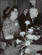 Installatie van de tweede vrouwelijke burgemeester in Nederland; M. van de Wall-Duyvendak als burgemeester van Geldermalsen. Naast haar gemeentesecretaris M.F van der Laan Datum 16 oktober 1964