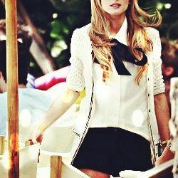 Una camicia bianca e un mega fiocco nero per uno stile Preppy Chic...