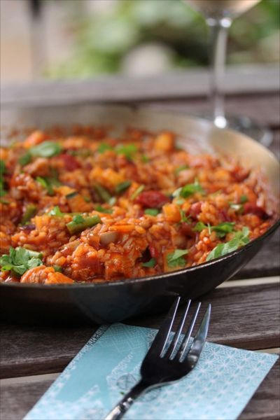 Ce serait comme une paella mais sans la paella: je m'explique… Il y a des plats comme cela qui ne sont connus que par leur contenant, leur ustensile ou leur moyen de cuisson. Le riz cuit…