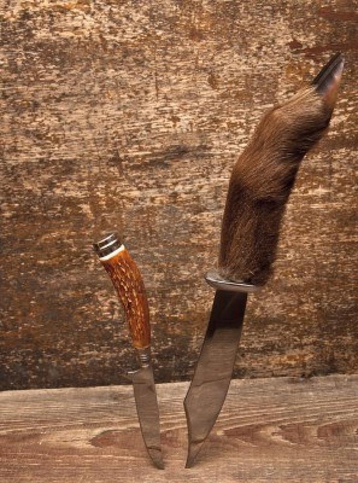coltelli da caccia due sullo sfondo di legno Archivio Fotografico