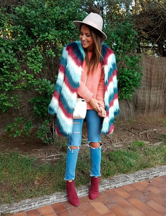 Tras la pista de Paula Echevarría » MEZCLA DE COLOR. Salmon wool sweater+ripped and cropped denim+burgundy wedge ankle boots+colourfull stripes fur coat+white crossbody+ivory hat. Fall Casual Outfit 2016