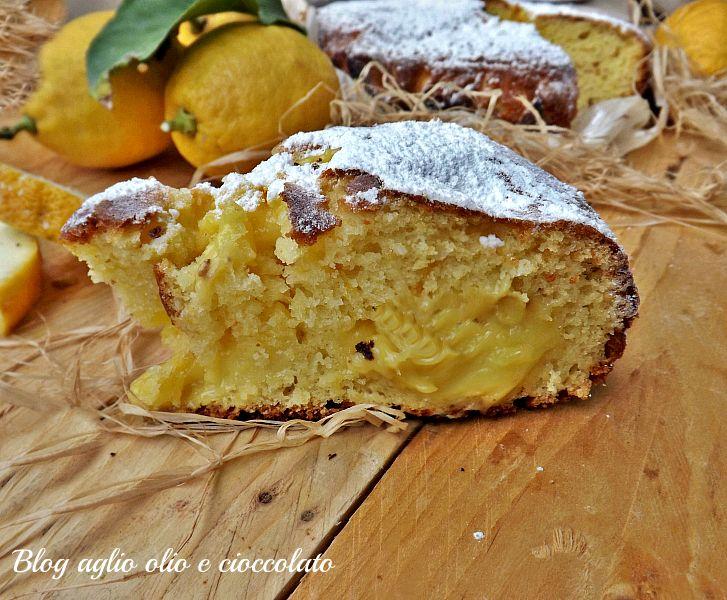 La torta al limone frullato con crema è un dolce molto semplice da fare, dal profumo intenso di limone e con un cuore cremoso fresco e invitante.