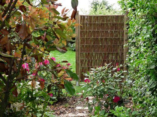 Great Sichtschutz und Zaunelemente aus nat rlichen Materialien sehen im Garten wie Dekoobjekte aus Auf diesem Bild