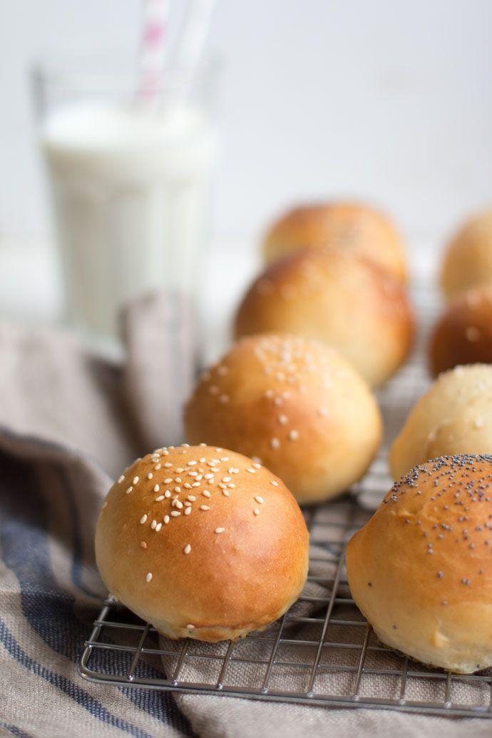 Hoe lekker is zelfgemaakt brood? Nou, gewoon echt heel lekker. Deze witte bolletjes maakte ik naar een recept van Robért van Beckhoven en wilde ik jullie niet onthouden. Ik bakte ze voor een familiefeest en de broodjes werden geserveerd met pulled pork en kipsaté, het smaakte allemaal heel erg lekker. Ik had gedacht dat de...Lees Meer »