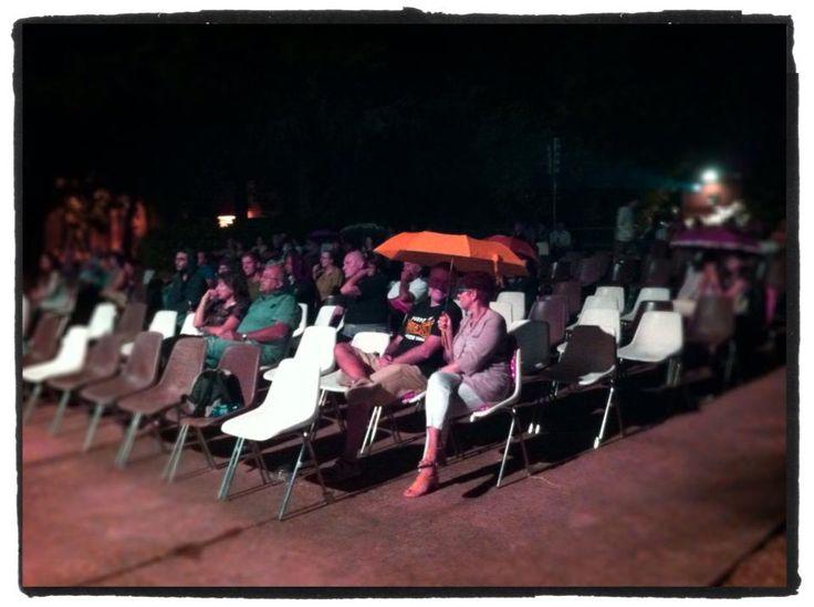 A Bagnacavallo, in Romagna, la gente guarda ZORAN, nonostante la pioggia