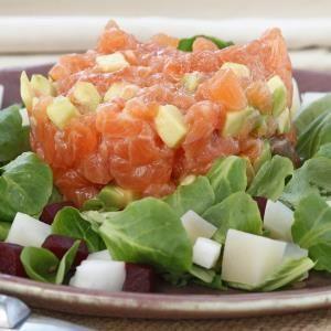 Tartar de salmón con ensalada de remolacha, canónigos y patatas