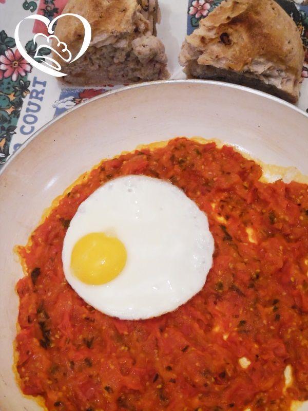 Uova al tegamino su sugo in rosso http://www.cuocaperpassione.it/ricetta/5b2e1f4c-9f72-6375-b10c-ff0000780917/Uova_al_tegamino_su_sugo_in_rosso