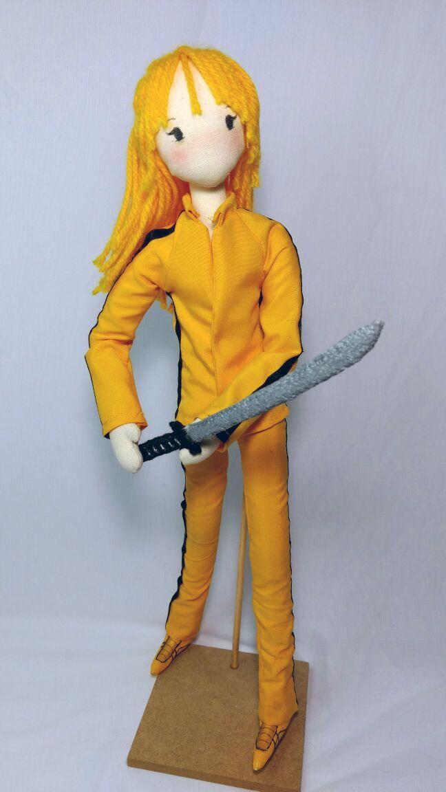 Beatrix Kiddo também conhecida como Black Mamba, é a personagem criada por Quentin Tarantino para o filme Kill Bill.   Ideal para colecionadores e para decoração de ambientes.    Confeccionada em tecido de algodão com enchimento antialérgico, olhos pintados. Possui braços e pernas articuladas.  P...