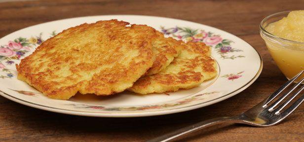 Reibekuchen sind beliebt bei Groß und Klein und einfach zuzubereiten. Kartoffeln, Zwiebeln, Eier, Mehl - viel mehr braucht es nicht für diesen Klassiker.
