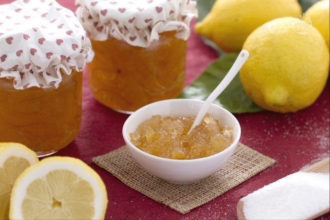 La marmellata di limoni è un'ottima variante della marmellata classica, fatta con le arance. Il riposo in acqua dei limoni li rende più dolci!