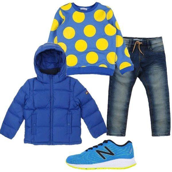 Primavera e voglia di rinnovare il guardaroba del tuo bimbo. Cominciamo da un paio di sneakers nuove, come queste, azzurre, con dettagli gialli, griffate New Balance. Abbiniamo la felpa in cotone a pois, un paio di comodi jeans e il bomber blu, in tessuto tecnico con cappuccio.