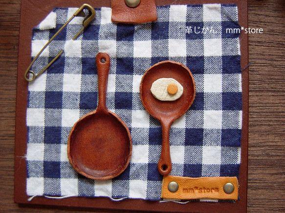 【ハンドメイド!】ハンドメイドのため、同じものはお作り出来ません。革を使い小さなフライパンと目玉焼きを作り、壁飾りに仕上げました。ネイビー×ホワイ...|ハンドメイド、手作り、手仕事品の通販・販売・購入ならCreema。