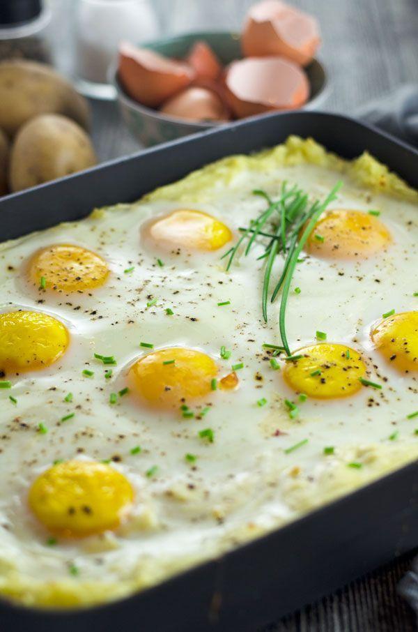 Mashed potato casserole with spinach and sunny side up eggs. Kartoffelbreiauflauf mit selbstgemachtem Rahmspinat und Spiegeleiern. Einfach gemacht, gut vorzubereiten. Ein Kindheitsessen in neuem Gewand. Recipe also in english.
