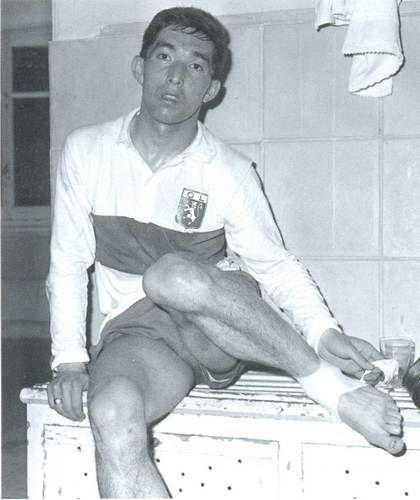 5 mai 1964, l'OL vient de se faire éliminer en demi-finale de coupe d'europe des vainqueurs de coupe face au Sporting du Portugal, la fatigue et la détresse se lisent sur le visage de Jean Djorkaeff.