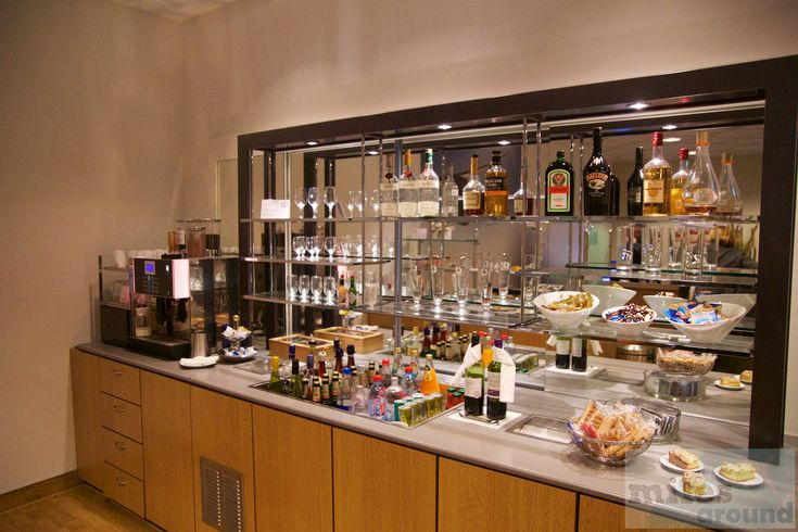 Bar in der Lufthansa Senator Lounge am Flughafen Leipzig/Halle - Check more at https://www.miles-around.de/lounge-reviews/lufthansa-senator-lounge-flughafen-leipzig-halle/,  #LEJ #Lounge #Lufthansa #LufthansaSenatorLounge