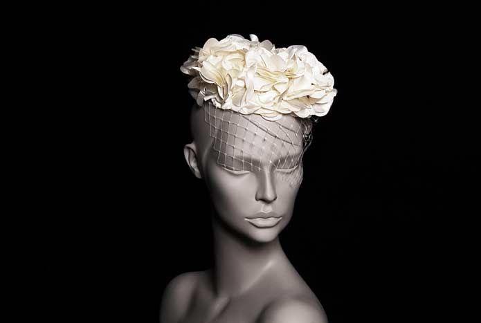 Wicked; oyuncu İpek Yaylacıoğlu'nun  tasarımlarından oluşan bir markadır. Her ürün tamamen el işi ve tek adet üretilmektedir.  Ekru Çiçekli Gelin Şapkası; el yapımıdır. Kaşe kumaş, ekru çiçekli kurdele ve ekru ithal şapka filesi ile oluşturulmuş bir tasarımdır.  Romantik gelinler için idealdir.  Malzemeler: Ekru kumaş çiçekler ve ithal şapka filesi  Saça tarak ile sabitlenir. Yıkanmaz.