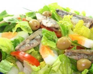Salade de sardines, olives et tomates