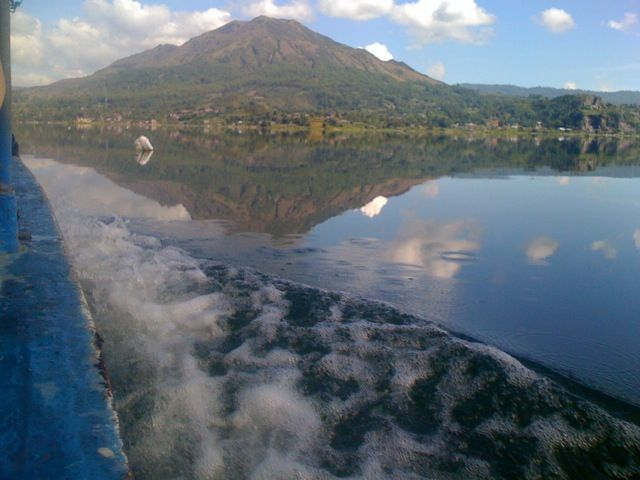 Love the boat ride back from Trunyan village to the Hot Springs. Well deserved after a 5am start to our sunrise caldera trek. Lake Batur Bali.