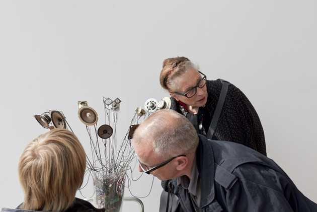 Moniek Toebosch bij haar werk Troostbos (1995) tijdens het Museumweekend 2011 in Museum De Paviljoens.© Jordi Huisman, Museum De Paviljoens