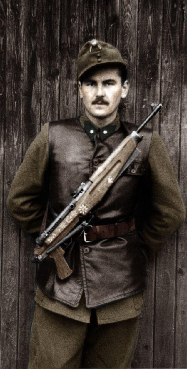 Magyar katona Danuvia gyártmányú géppisztollyal.