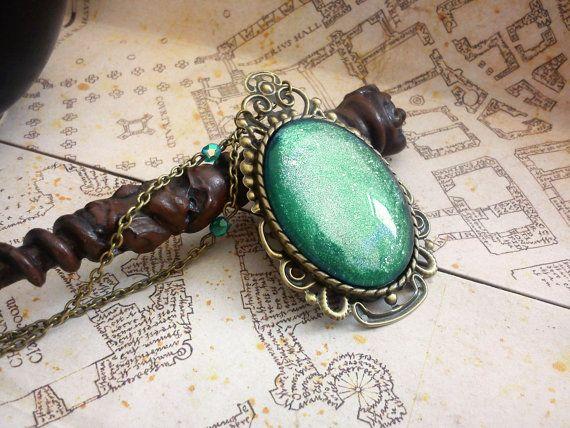 Antique brass necklace with green cabochon  Collier Cabochon vert à paillettes sur par LeManegeSurLaColline