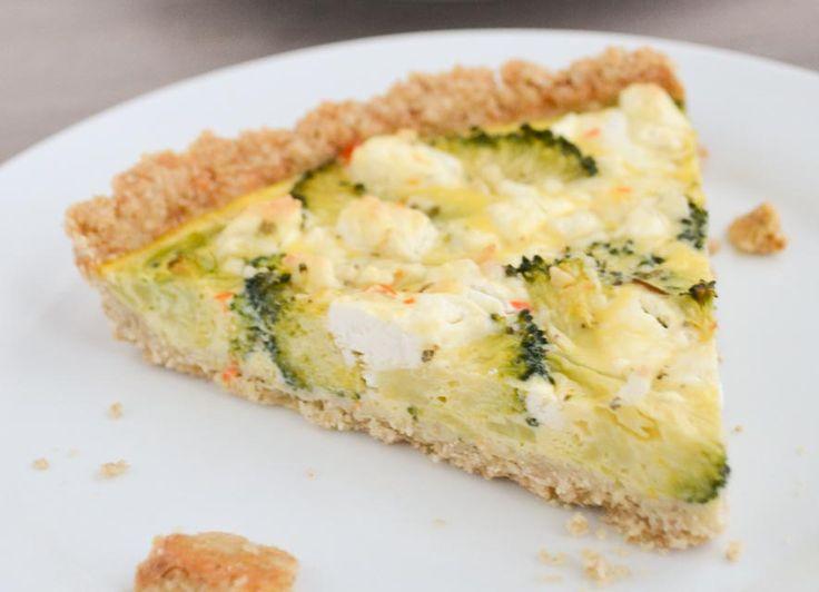 Deze broccoli taart is gemaakt met een bodem van amandelmeel, havermout en kokosolie. Perfect voor een feestje. Heerlijk smullen en toch super gezond!