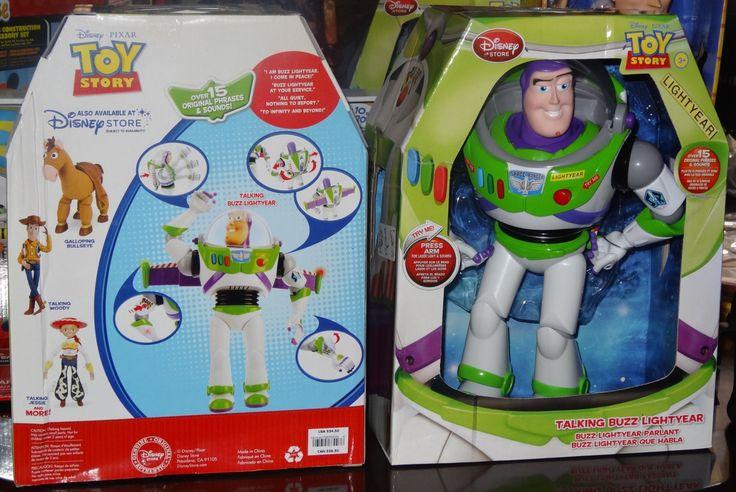Buzz Lightyear a escala real: 32 cm - Hasta 15 frases en inglés, casco y alas desplegables, golpe karateca, arma láser, transmisor espacial.