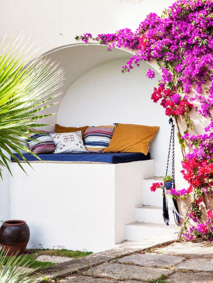 Seja onde for, almofadas sempre caem bem, inclusive no pátio! #almofadas #pátio #living #quintal #jardim #jardinagem #paisagismo #relax #cantinhodapreguiça #relaxar #decoraçãoexterna #designdeinteriores #decoracao #decorarfazbem #comprardecoracao #carrodemola.