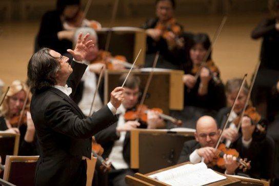 Una delle più importanti orchestre sinfoniche al mondo, la Chicago Simphony Orchestra, fondata da più di un secolo (nel 1891) sta per iniziare il suo tour di date italiane. A dirigerla, dal 2010, Riccardo Muti.