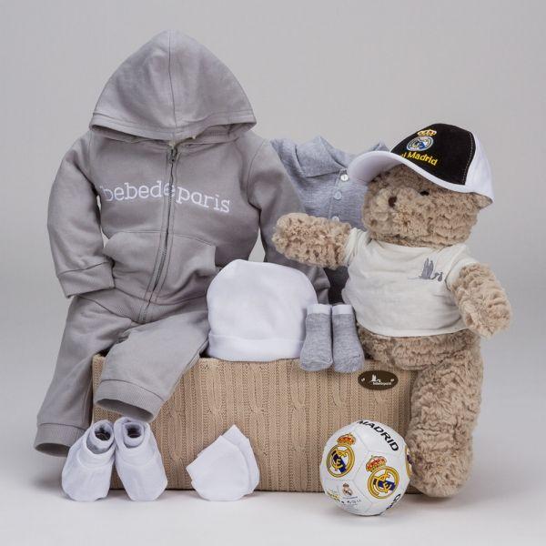 Champions Casual Real Madrid. Regalos de fútbol oficiales del Real Madrid para bebés. Para los peques súper fans del equipo blanco, un detalle que a Papá y Mamá seguro les va a encantar. #canastillas #regalos #babygifts #bebés