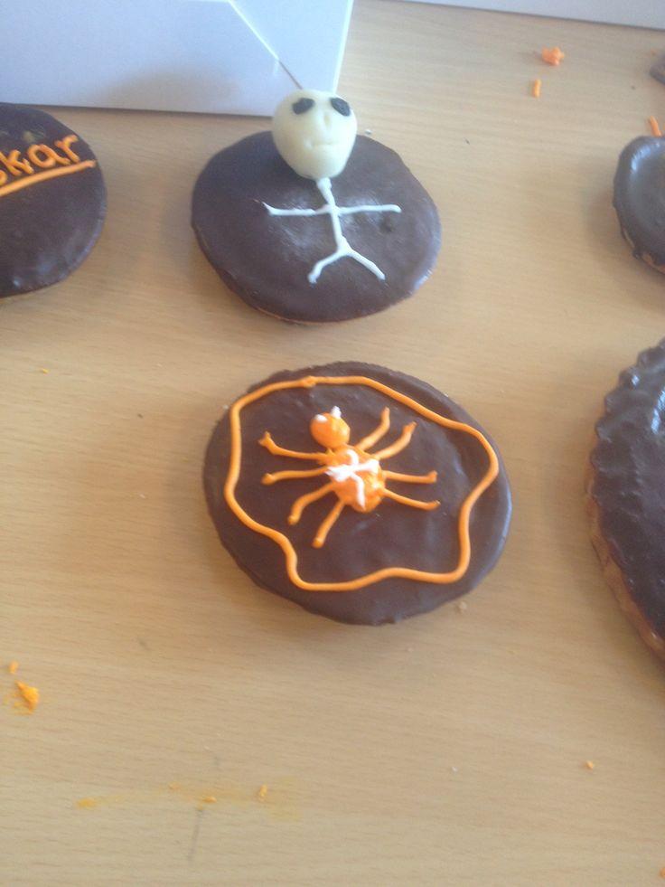 Mazarintærter med halloweenpynt
