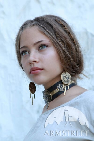 Want! - Exclusive etched medieval fantasy style necklace from Armstreet.