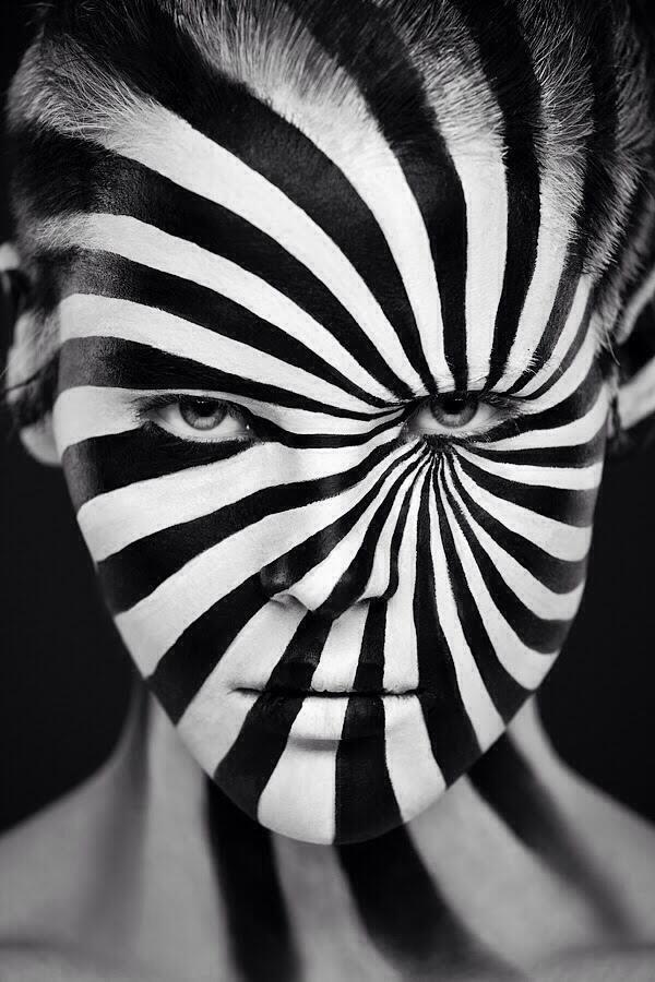 """El fotógrafo ruso Alexander Khokhlov ha colaborado con una de las mejores maquillistas de Rusia, Valeriya Kutsan, para crear una serie de fotografías llamada """"Extraña belleza"""", una exploración del volumen y la dimensión de los close-up, y rostros en blanco y negro.   http://evpo.st/J8AGU9  #arte #fotografía"""