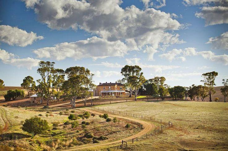 Es ist die vielleicht berühmteste Farm der TV-Geschichte: 'Drovers Run' aus der australischen Erfolgsserie 'McLeods Töchter'. Vier Jahre nach der letzten Episode wurde das Farmhaus aufwändig renoviert.