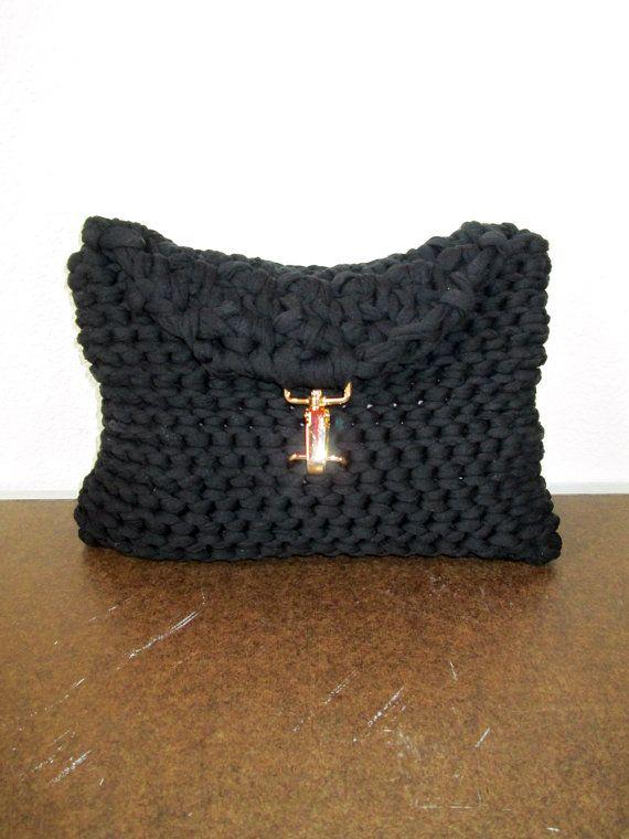 Een zwarte dikke brei koppeling gemaakt van omvangrijke t-shirt garen.  Technisch, is deze snoezige tas niet gebreid maar haakwerk. Hoewel het