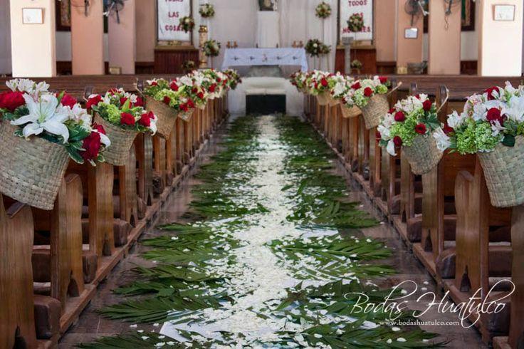Espectacular la decoración de la iglesia con un elegante y hermoso camino de pétalos ideal para tu boda en playa por Bodas Huatulco
