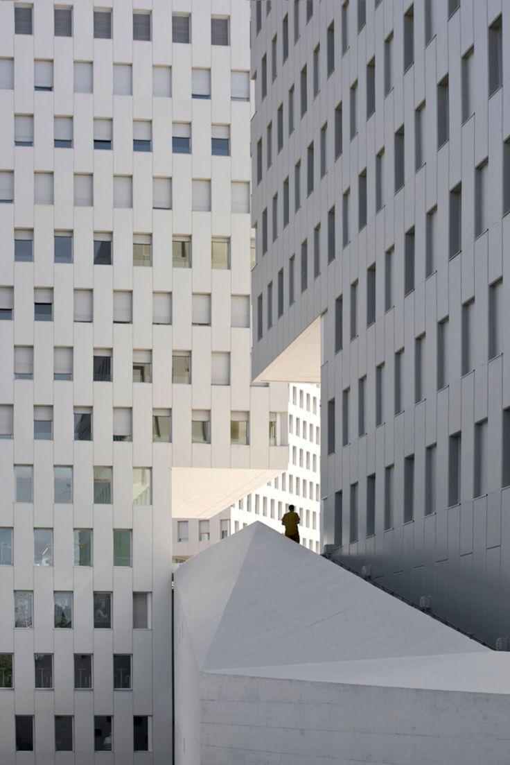 Terradas Arquitectos, Eduardo Souto de Moura, Pedro Pegenaute · La Pallaresa complex. Barcelona, Spain