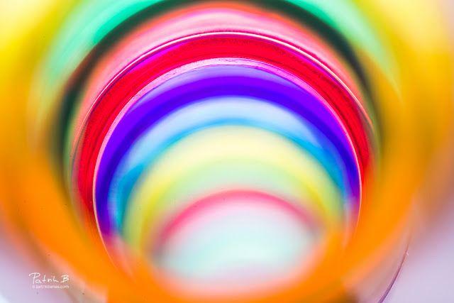 """What to do with colors?  Naše deti sú už tiež fotograficky nakazené! Pred pár dňami sa naša dcéra hrala sguličkovou hrou Marble Run (príklad tu)a pribehla s pestrofarebnou trúbkou a navrhla mi:""""Tatik že je toto tak krásne farebné? Myslím že by sme to mali odfotiť!"""". A tak sa aj stalo. Vďaka veľkej pomoci oboch detvákov a taktiež vďaka Nikkor Macro 105mm objektívu sme nafotili tieto krásne farby! Keď sa fotia makro zábery tak hĺbka ostrosti (teda vysoké f/číslo) je kritická a preto často je…"""