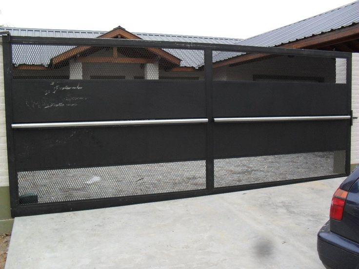 portones corredizos de metal y madera con puerta incorporada en lugar de la malla