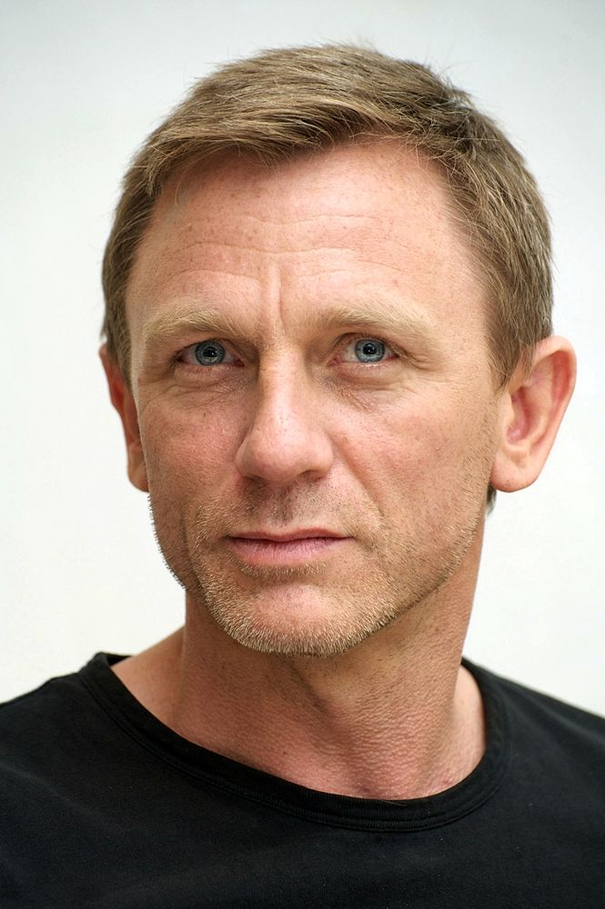 Daniel Craig - not the most classically handsome man, but he just exudes sex appeal! Yum!