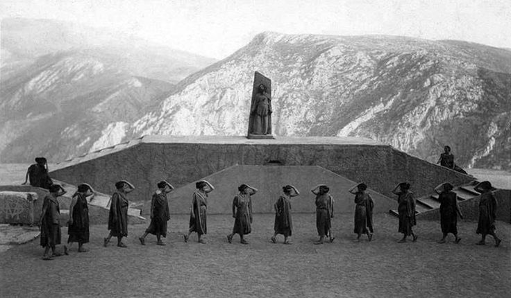 "Nelly's, (Έλλη Σουγιουλτζόγλου), 1930, Δελφοί, παράσταση της τραγωδίας του Αισχύλου ""Προμηθέας Δεσμώτης""."