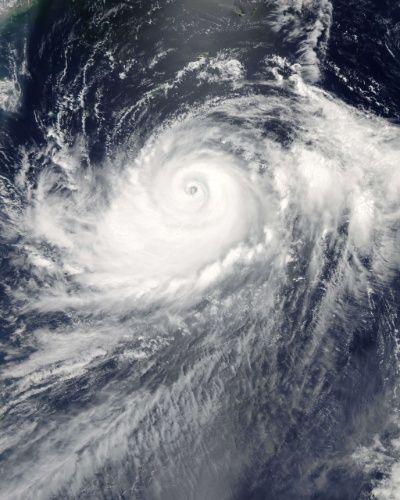 Imagem de satélite, divulgada pela NASA, mostra o tufão Halong, no oeste do Oceano Pacífico, que causou uma série de inundações em Bataan, Zambales e outras províncias nas Filipinas. Segundo os meteorologistas o furacão deve chegar ao Japão. Fotografia: AFP/NASA.