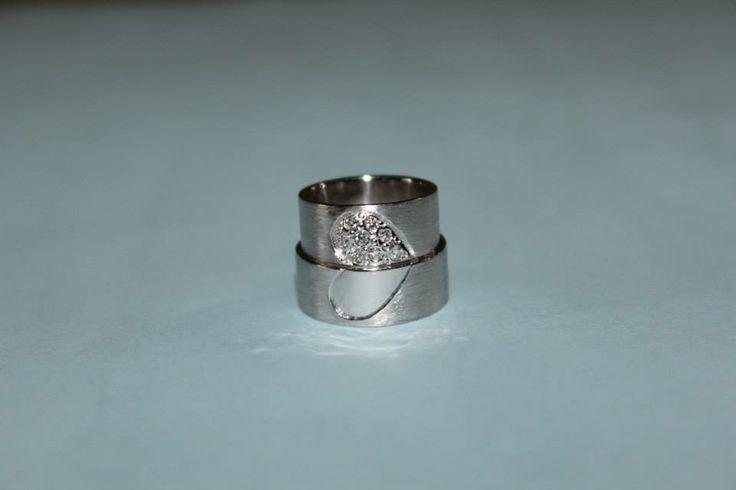 sepasang cincin emas putih dan palladium plus 8 berlian 0,02 ct