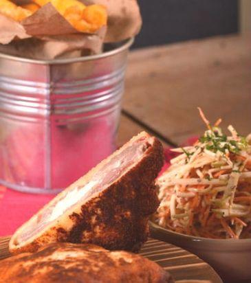 Χοιρινό σνίτσελ με προσούτο και μοτσαρέλα και σαλάτα σελινόριζας | Γιάννης Λουκάκος