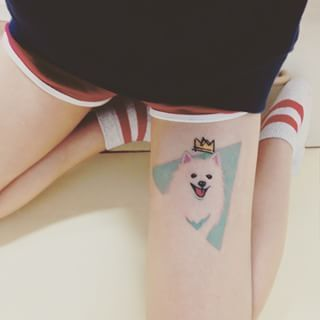 Si quieres experimentar más, prueba un diseño así de divertido y lleno de vida. | 44 Delicados Tatuajes para demostrar tu amor infinito hacia tu mascota