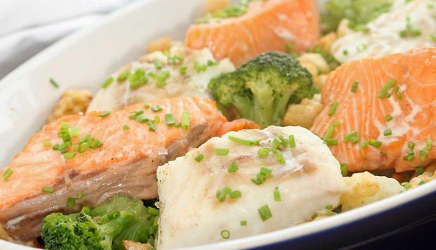 Dette er en enkel oppskrift på middag når tiden er knapp. Du legger grønnsaksblanding og fisk i en form og baker det i ovnen. Server med sursøt saus. #fisk #oppskrift