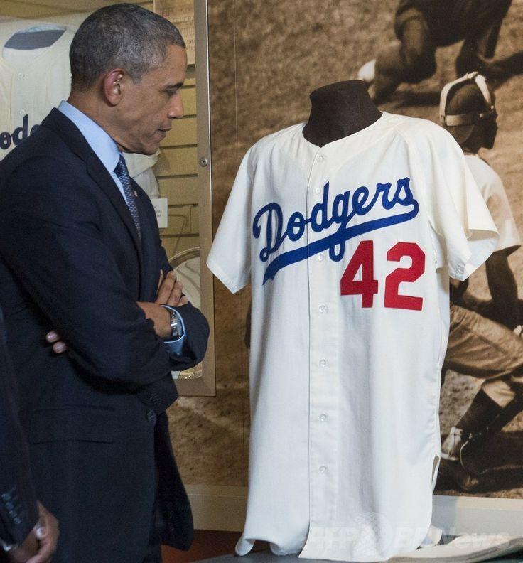米ニューヨーク(New York)州クーパーズタウン(Cooperstown)にある米野球殿堂博物館(National Baseball Hall of Fame and Museum、Hall of Fame)を訪れ、アフリカ系米国人初の大リーガー、ジャッキー・ロビンソン(Jackie Robinson)のユニホームを見るバラク・オバマ(Barack Obama)米大統領(2014年5月22日撮影)。(c)AFP/Saul LOEB ▼23May2014AFP オバマ氏が野球殿堂を訪問、米大統領初 観光振興を宣言 http://www.afpbb.com/articles/-/3015732 #National_Baseball_Hall_of_Fame_and_Museum #Barack_Obama
